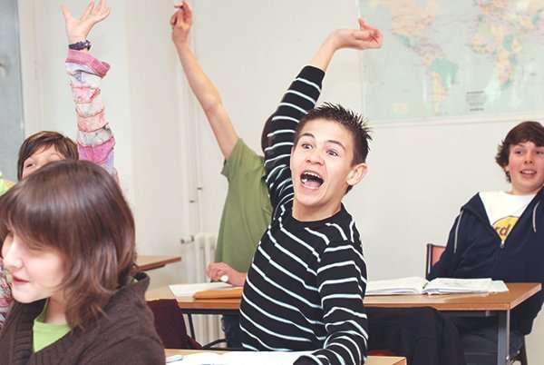 élève levant la main en classe